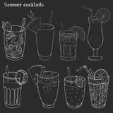 Metta delle bevande di rinfresco dell'estate Siluette dei cocktail e dei succhi differenti in tazze di vetro su fondo nero illustrazione di stock