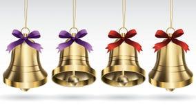 Metta delle campane di Natale dell'oro di vettore con il nastro e di attaccatura con la posa differente di angelo Isolato su una  illustrazione di stock