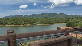 Metta delle montagne e del lago fotografia stock