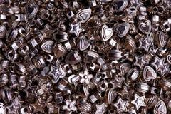 Metta delle perle d'argento del primo piano differente di forme fotografia stock