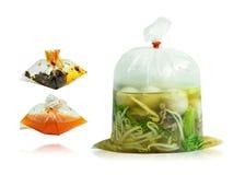 Metta delle tagliatelle nel sacchetto di plastica con il condimento isolato su fondo bianco Percorso di ritaglio immagine stock