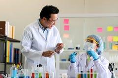 Metta dello sviluppo chimico e della farmacia del tubo in laboratorio, bioc fotografia stock