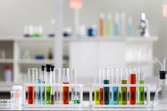 Metta dello sviluppo chimico e della farmacia del tubo in laboratorio, bioc immagini stock libere da diritti