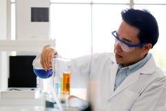 Metta dello sviluppo chimico e della farmacia del tubo nel concetto della tecnologia del laboratorio, della biochimica e della ri immagini stock