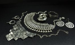 Metta di bei gioielli d'argento orientali indiano, arabo, africano fotografia stock libera da diritti