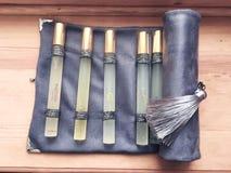 Metta di retro aromi puri del vino usati per il nesesser di trascinamento della borsa del velluto del sommelier fotografie stock libere da diritti