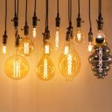 Metta di retro lampade d'annata dei tipi differenti Lampade di Edison o incandescenti, stile del sottotetto immagini stock