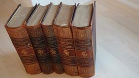 Metta di vecchi libri di lerciume con la copertina dura di cuoio fotografia stock libera da diritti