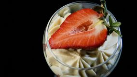 Metta a fuoco fuori dal dessert cremoso della mousse saporita con la fragola affettata video d archivio