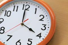 Metta a fuoco il tempo in orologio di quattro in punto per la progettazione nel vostro busin Fotografie Stock