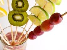 Metta a fuoco l'uva e la varia frutta Fotografie Stock