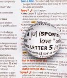 Metta a fuoco su amore di parola ingrandicendo un globo di vetro Immagini Stock Libere da Diritti