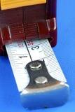 Metta a fuoco sull'un contrassegno di pollice sul nastro di misurazione Immagini Stock Libere da Diritti