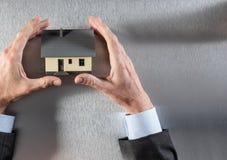 Metta a fuoco sulla casa per il concetto di sicurezza o del bene immobile Fotografie Stock Libere da Diritti