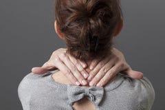 Metta a fuoco sulle mani femminili che fanno un massaggio sulle aree tese del corpo Fotografia Stock Libera da Diritti