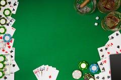 Metta a giocare il poker con le carte ed i chip sulla tavola verde, vista superiore Fotografia Stock Libera da Diritti