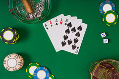 Metta a giocare il poker con le carte ed i chip sulla tavola verde, vista superiore Immagine Stock