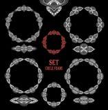 Metta gli elementi della decorazione delle strutture del pizzo del cerchio bianchi sul nero Immagine Stock