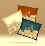 Metta i cuscini con i colori blu scuro di marrone giallo delle coperture dell'estratto Immagine Stock