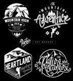 Metta i distintivi di tema della montagna di avventura illustrazione vettoriale