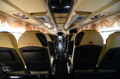 Metta i posti a sedere nel lato posteriore del bus moderno della città Fotografie Stock Libere da Diritti