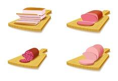Metta i prodotti a base di carne sul tagliere. Fotografia Stock