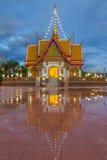 METTA I TUM MONGKOL SUK SIT le riflessioni del tempio che innaffiano dopo pioggia Immagine Stock
