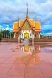 METTA I TUM MONGKOL SUK SIT le riflessioni del tempio che innaffiano dopo pioggia Fotografie Stock Libere da Diritti