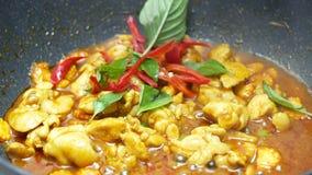 Metta il basilico, peperone dolce nella pentola nera del teflon che mescolano il pollo fritto, il mais affettato ed i fagioli lun archivi video
