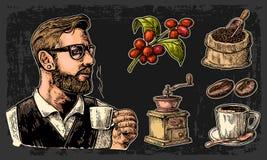 Metta il caffè Barista dei pantaloni a vita bassa che tiene una tazza, sacco con il mestolo ed i fagioli di legno, tazza, ramo co Fotografia Stock