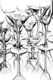 Metta il cocktail dei vetri sui precedenti bianchi Immagine Stock