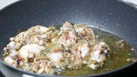 Metta il pollo fritto crudo della gamba nell'olio di palma bollito dell'alimento stock footage