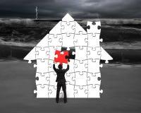 Metta il puzzle rosso in forma della casa per la cattiva situazione illustrazione di stock
