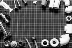 Metta l'impianto idraulico e gli strumenti su un fondo in bianco e nero Fotografia Stock