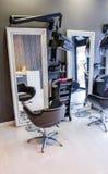 Metta l'interno a sedere del salone moderno di bellezza e dei capelli Fotografia Stock