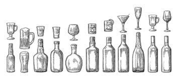Metta la birra della bottiglia e di vetro, il whiskey, il vino, il gin, il rum, la tequila, il champagne, cocktail Fotografia Stock Libera da Diritti