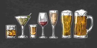Metta la birra di vetro, il whiskey, il vino, la tequila, il cognac, il champagne, cocktail Immagine Stock