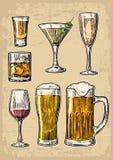 Metta la birra di vetro, il whiskey, il vino, la tequila, il cognac, il champagne, cocktail Illustrazione incisa vettore su backg Fotografia Stock Libera da Diritti