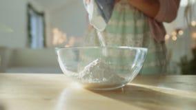 Metta la farina alla ciotola video d archivio