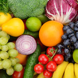 Metta la frutta e la verdura Fotografie Stock Libere da Diritti