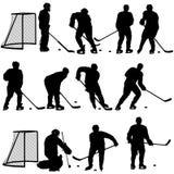 Metta la siluetta del giocatore di hockey su fondo bianco royalty illustrazione gratis