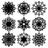 Metta la siluetta delle icone dei fiocchi di neve su fondo bianco royalty illustrazione gratis