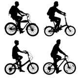 Metta la siluetta di un maschio e di una femmina del ciclista Fotografie Stock Libere da Diritti