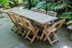 Metta la tavola nel parco della località di soggiorno fotografia stock libera da diritti
