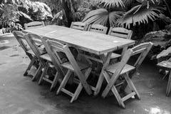 Metta la tavola nel parco della località di soggiorno Fotografie Stock Libere da Diritti