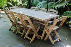 Metta la tavola nel parco della località di soggiorno Immagini Stock Libere da Diritti