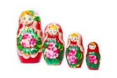 Metta le bambole russe di incastramento di matryoshka isolate su fondo bianco Immagini Stock