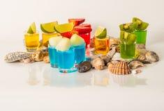 Metta le bevande gialle e blu delle bevande del colpo, delle kamikaze decorate con Immagine Stock