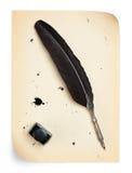 Metta le piume alla spoletta ed al inkwell su un vecchio documento Fotografia Stock Libera da Diritti