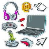 Metta le tecnologie informatiche, il computer portatile, le leve di comando del gioco ed i puntatori dei cursori per il topo del  Fotografia Stock Libera da Diritti